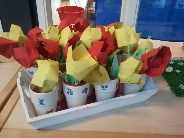 Melkbekers beplakken met porceleinstickers en tulpen vouwen van 16 vierkantjes.
