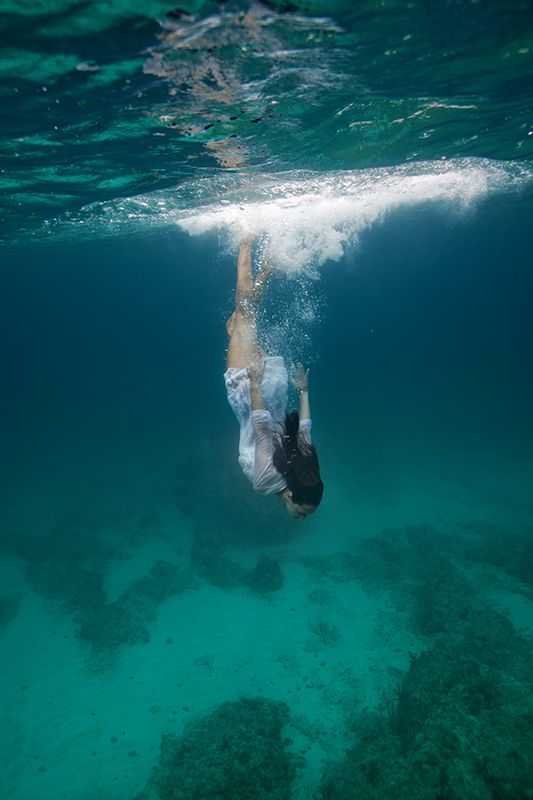 Aqua Photography: mermaid under water calm (via blog: Elenakalis.squarespace.com)