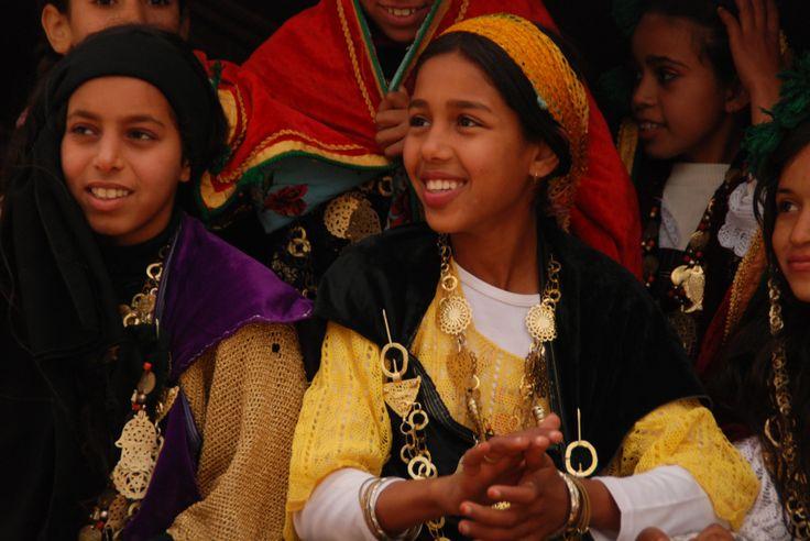Jeunes filles en habit berbère traditionnel à Douz, Sahara Photo de BernardG #Tunisia https://bernardgrua.net/2015/06/07/quand-il-pleut-sur-les-chameaux-2/