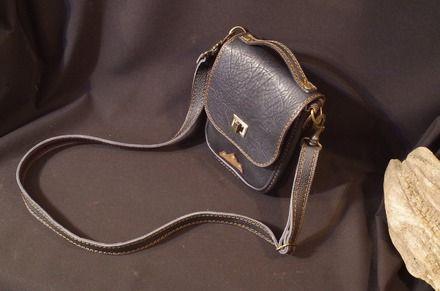 sacoche ,sac bandoulière ,messager,pochette :en cuir noir  ciré/graissé touché huileux  et en cuir de taurillon noir (coté et bandoulière) Pour homme ou  femme ce joli petit - 19484479