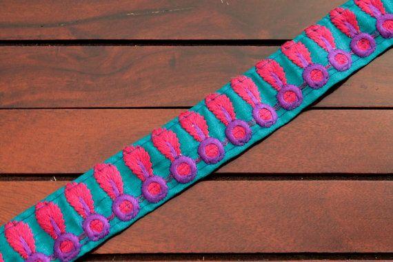 1 yard bleu brodé Trim avec beau Multi - Color brodé Design  Mensurations: 1 de large (Voir limage 3) Frontière de Sari en soie Ruban de soie