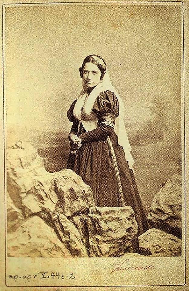Γυναίκα με παραδοσιακή φορεσιά της Λευκάδας, 1880. Φώτο Πέτρος Μωραϊτης