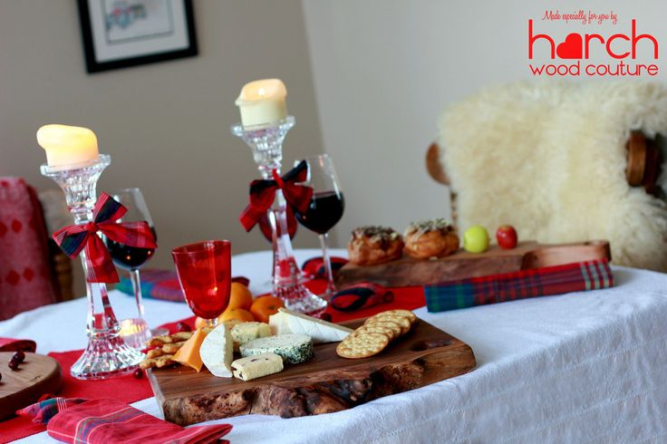Dekoracje stołu wigilijnego, styl rustykalne, drewniane deski, czerwone ozdoby. Zobacz więcej na: https://www.homify.pl/katalogi-inspiracji/13219/pomysly-na-stol-wigilijny