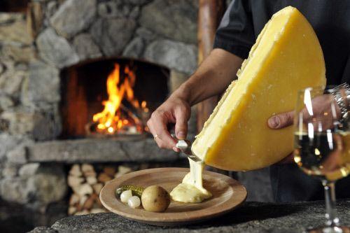 Раклет (фр. Raclette; от фр. racler — скоблить, скрести) — швейцарское национальное блюдо, которое, как и фондю, готовится из расплавленного жирного сыра. Используемый для раклета сыр часто носит одноимённое название.
