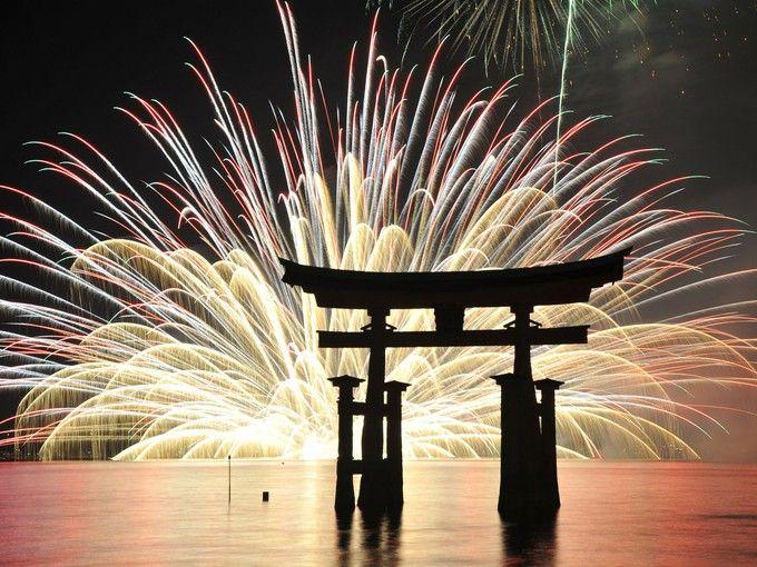 美しい日本の夏!「宮島水中花火大会」大鳥居と花火の素晴らしい競演