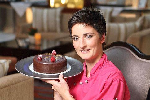 Donekonečna se trápíte s čokoládovými polevami na dortech, ale vždycky vám popraská? Zkuste tajné fígle šéfcukrářky Karolíny Kocincové!