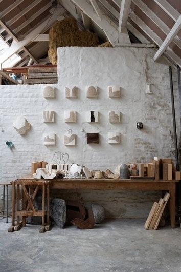 mesa de trabajo y herramientas