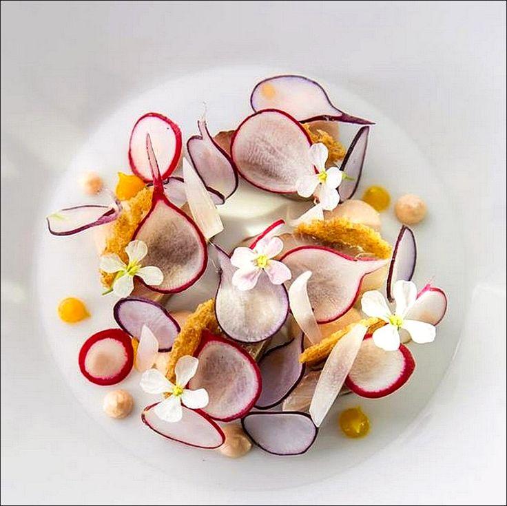 Juste quelques fleurs et quelques radis, et c'est parti ! ;) (fbcdn-sphotos-a-a.akamaihd. net) > Photo à aimer et à partager ! ;) . L'art de dresser et présenter une assiette comme un chef... http://www.facebook.com/VisionsGourmandes . #gastronomie #gastronomy #chef #recette #cuisine #food #visionsgourmandes #dressage #assiette #art #photo #design #foodstyle #foodart #recipes #designculinaire #culinaire #artculinaire #culinaryart #foodstylism #foodstyling)