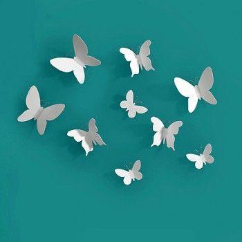 Zestaw 9 białych motylków Mariposa holenderskiej marki Umbra. Produkt został wykonany z tworzywa sztucznego. Każdy z elementów można rozmieścić na ścianie w dowolny sposób. Tego rodzaju dekoracje ścienne nadają odpowiedni charakter wnętrzu.
