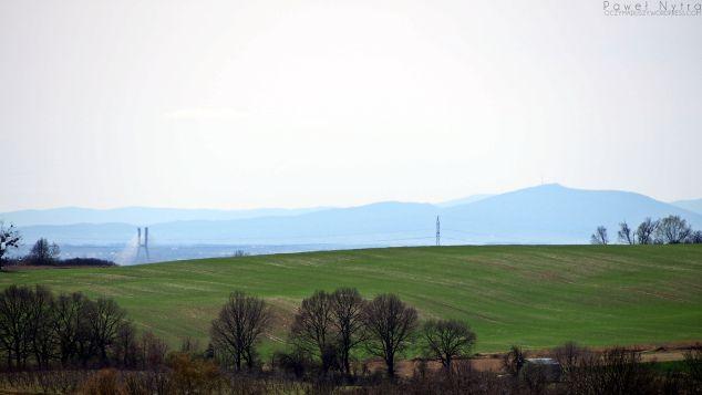 Góra Ślęża widziana ze Wzgórza Kaplicznego w Trzebnicy. W lewej części kadru widać Most Rędziński z AOW, a za nim wrocławskie zabudowania.