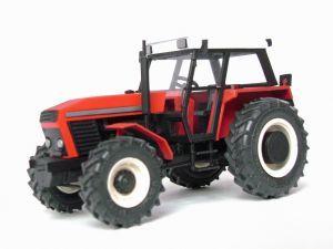 Model polskiego ciągnika rolniczego. Model plastikowy ręcznie złożony i ręcznie pomalowany w skali 1:43.