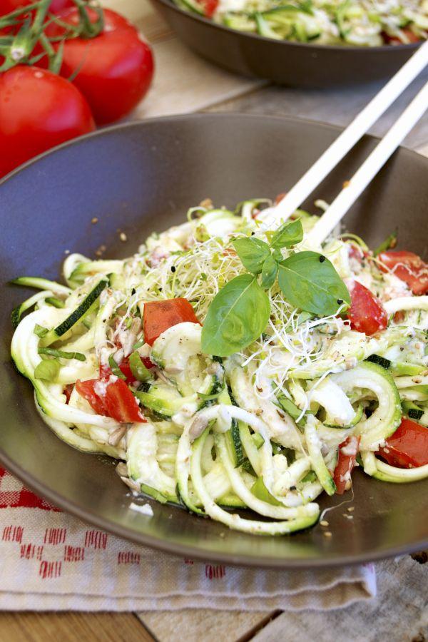 Spaghettis crus de courgettes sauce cajou #vegan 2 courgettes bio 2 tomates bio  Basilic Graines germées Option  : tofu, graines, oléagineux… Sel, poivre  Pour la sauce :  60 g noix de cajou 80 g yaourt de soja 2 càc levure maltée (ajuster selon votre goût) ou 1 càc miso pour une version sans gluten  1 à 1,5 càc ail semoule (selon votre goût) 3 à 5 càs lait de soja Sel
