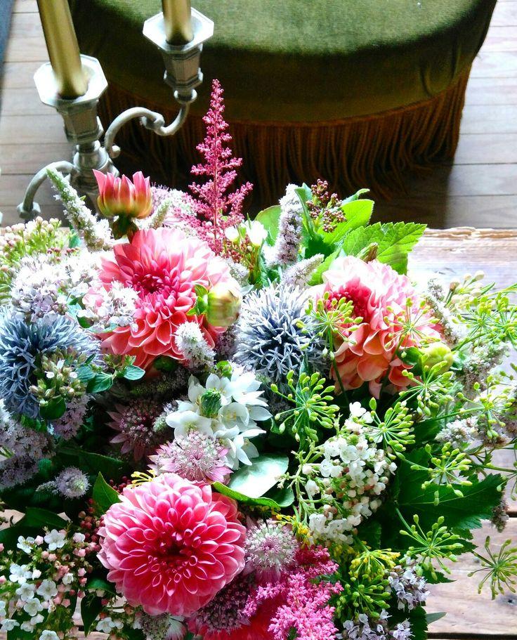 Les Mauvaises Herbes, artisans fleuristes. Bouquet: dalhia/eucalyptus/aneth/astilbe/ornithogalum /framboisier/viburnul/astrance/menthe/origan...  #lesmauvaisesherbes #flowershop #bordeaux #france #wedding #flowerswedding #flowers