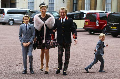 Sir Rod geridderd door prins William|Prive| Telegraaf.nl