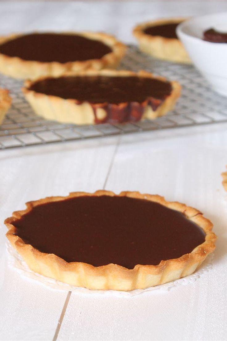 Le crostatine al cioccolato sono dei fragranti tortine monoporzione di pasta frolla ripieni di una morbida crema al cioccolato, ottime da preparare in occasione di una cena tra amici.