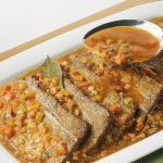 Come si fa il brasato di carne? Segui la ricetta di Sale&Pepe per preparare un buon brasato con carote, vino rosso e gustosi pomodori.