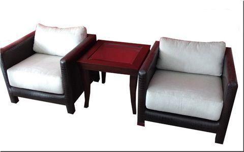 Dos clásicos que se adaptan a cualquier ambiente. Comodidad y estética minimalista en los sillones tapizados en croco ecólogico con almohadones en chenille. Los acompaña una mesa de línea bien neutra construída en madera con tapa central de vidrio.