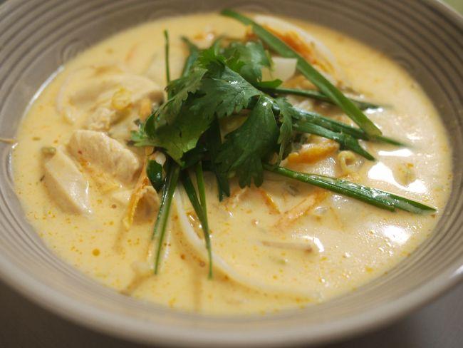 Sopa thai de leche de coco, pollo y curry
