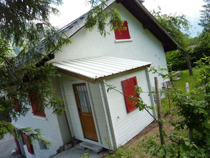 Au pied du Mont-Blanc, un abri de jardin Maisonelle adossé à sa maison. La couverture du toit a été renforcée pour affronter le rude climat local.