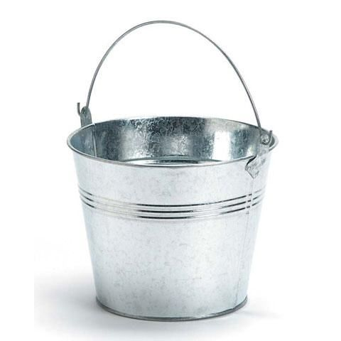 This tin pail can be used for storage, water, decoration, etc.