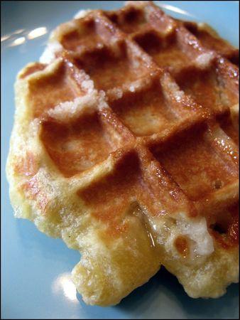gaufre liegeoise Préparation : 15 min - Repos : 1H - Cuisson 5 min par gaufre Ingrédients (pour 10 à 12 gaufres) : 315 gr de farine - 25 gr de sucre - 10 gr de cassonade - 1 pincée de sel - 125 gr de lait - 1 oeuf entier (environ 60 gr) - 25 gr de levure fraiche (ou 2 cuillères à café de levure sèche) - 225 gr de beurre - 200gr de sucré perlé (si vous n'en trouvez pas, vous pouvez aussi utiliser du sucre grains à chouquettes.)