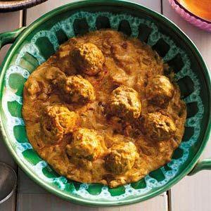 Gehaktballetjes in yoghurtsaus /  - 300 g gehakt half-om-half    - 3 el milde Indiase currypasta (potje 293 g)     - 25 g boter     - 2 uien, gesnipperd     - 1 blik tomatenblokjes (400 g)     - 500 g winterpeen, in schuine plakken     - 2 pakken naanbrood knoflook & koriander (a 280 g)     - 200 ml magere yoghurt (pak 500 ml)