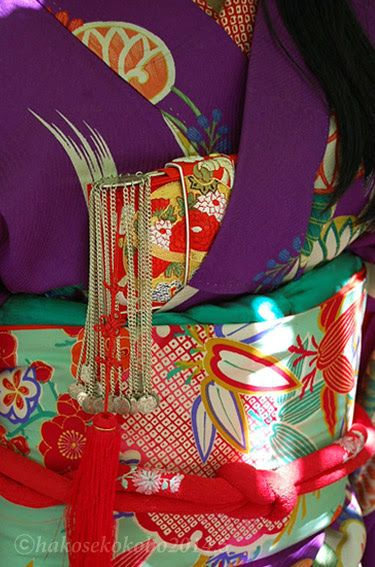 Hakoseko 筥迫 is a Japanese small pouch / bag to accessorize kimono look. It's most popular among ladies in Edo period in Japan.