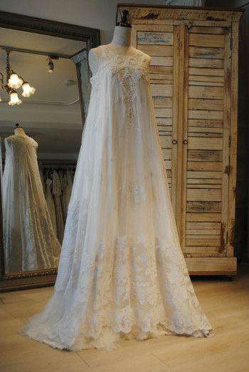 こちらは総アンティークレースのドレス。 テントラインなので、着る人の体形を選びません。 ふんわりとした優しい印象の花嫁に変身したいなら、ぜひ。