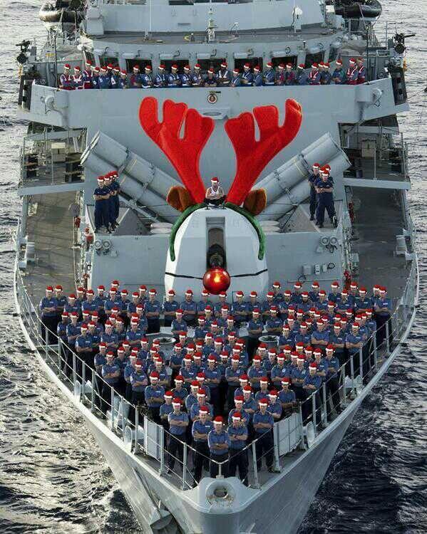 海軍の軍艦がクリスマス仕様になっている