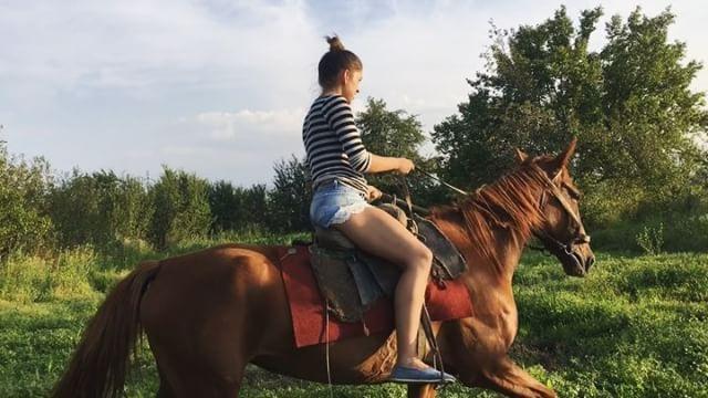 Instagram media by koshak_yashka - Немного лошадиных воспоминаний ☺️ Мне срочно нужны профессиональные уроки верховой езды! Я поняла, что лошади - это точно моё! #лошади #кони #лошадка #жеребец #верхом #верховаяезда #наездница #наконе #девушка #girl #прогулка #люблюлошадей #поездка #красиво #счастье #кайф #horses #ride #horseriding #horselover #лошадки #вседле #рысь #галоп #лошадиныесилы