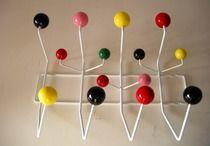 Attaccapanni Hang It All, Charles & Ray Eames, 1953.  Hang it All, un'attaccapanni ironico e funzionale.  Riedizione contemporanea (non marcata) del fantastico attaccapanni disegnato dagli eames nel 1953; pensato inizialmente come accessorio per la stanza dei bambini, hang it all è divenuto un icona del design.  Ironico e funzionale, si adatta a qualsiasi ambiente.