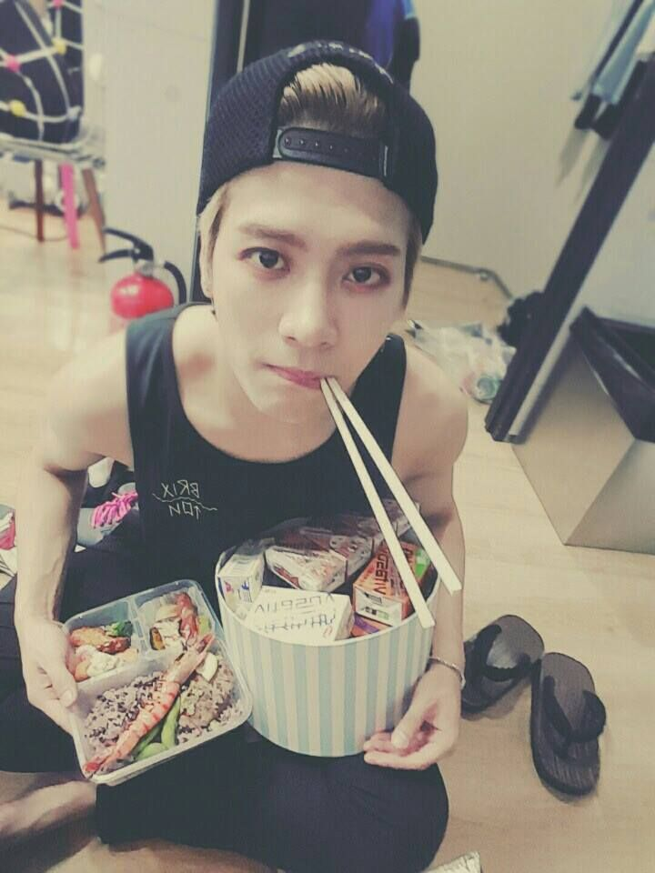 Jackson looks so cute!!! Not gonna lie...the first thing I saw was the food xD