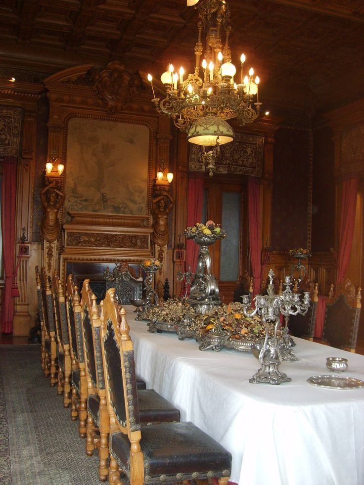 Comedor principal de 18 sillas, el cual fue utilizado por los emperadores, presidentes y de más políticos de México, dentro del Castillo de Chapultepec .