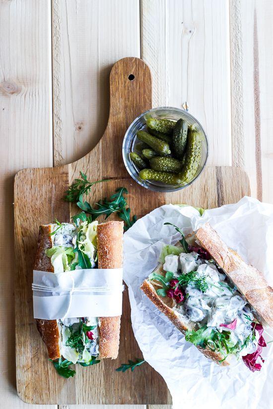 Hjemmelavet hønsesalat smager skønt i en sandwich eller på ristet rugbrød. Prøv en pifte den traditionelle opskrift op med græsk yoghurt, bacon og pecannødder.