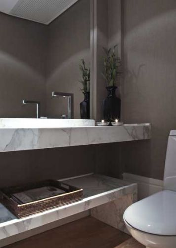 mármore calacata gold na bancada combinado com o linho aplicado nas paredes