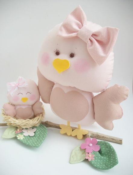 Lindo enfeite para quarto de bebê, nicho,mesa de festa, nicho ou decoração em geral.   Dois passarinhos representando mamãe  filhote em tecido.,ninho em cisal, galho natural .  Mede aproximadamente 22cm de altura x 27cm de base(galho) X 13cm de produndidade R$ 73,00