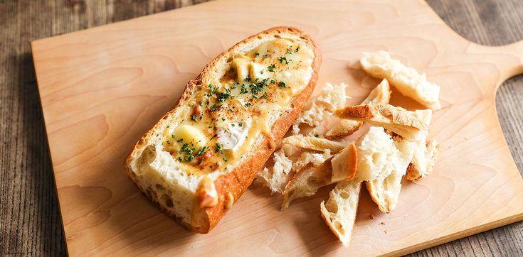 ピザ用チーズの代わりに、エメンタールとグリエールという2種類のチーズを合わせて使うと本格的で濃厚なチーズフォンデュも楽しむことができます。