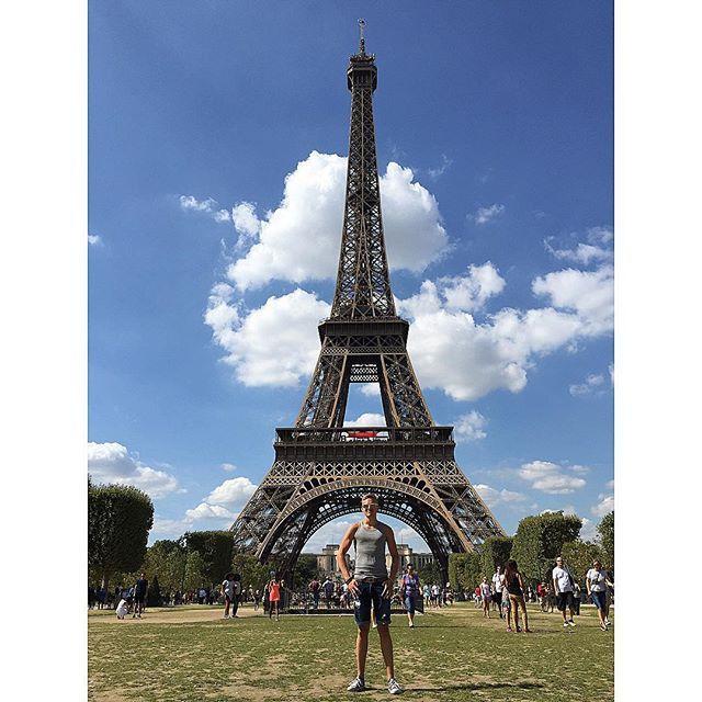 Kliseisempään Eiffel-torni kuvaan en pystyny #paris #pariisi #france #ranska #eiffeltower #eiffel #klisee #reilidays #interrail2015 #europe #LähesLuonnollinenAsento by sampsams