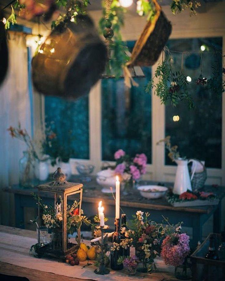 Stimmungsvolles Arrangement aus Blumen, Früchten und Herzen