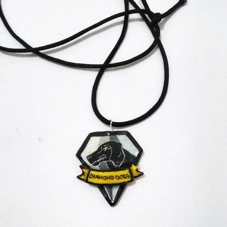 Collar del logo de Diamond Dogs. Modelado en porcelana ...