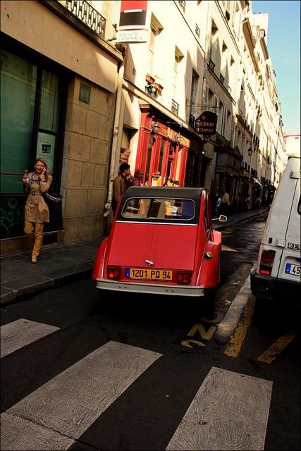 A 2CV in the narrow streets of Paris #2CV #Paris