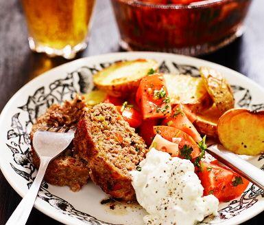 Spännande variant på köttfärslimpa fullspäckad med smaker från medelhavet! Grekisk färslimpa med fetayoghurt är en mättande och inspirerande rätt där den saftiga färslimpan (med gröna oliver), får sällskap av en smarrig fetaostkräm, tomater i olja och vinäger, samt nykokt potatis.