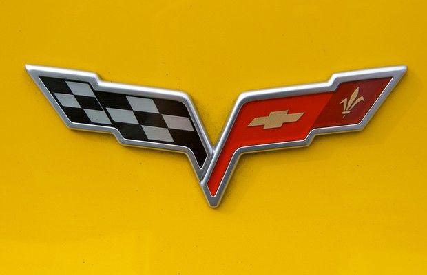 Logo Corvette - O logo da Corvette remete à história da Chevrolet. A gravata-borboleta é a mesma presente nos carros da Chevrolet. Já a flor-de-lis, como forte símbolo francês, remete à origem da família Chevrolet. A bandeira quadriculada da esquerda do emblema é uma referência às corridas de carros.