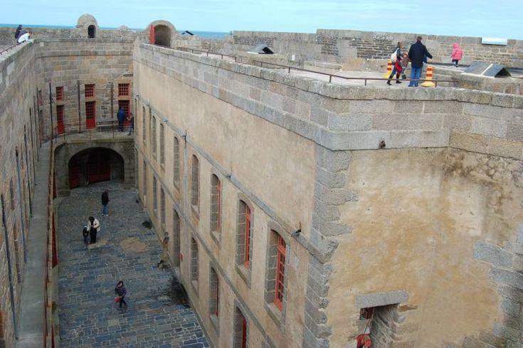 Le Château du Taureau :  Les bourgeois de la ville édifièrent à leurs frais en 1542 le château du Taureau sis sur un rocher, à l'embouchure de la rivière, pour protéger leurs commerces et leurs maisons. Munis d'une artillerie moderne, il permettait de défendre la côte, de la pointe de Primel jusqu'à Roscoff. Mais, en fait le feu du Taureau a été dirigé vers les bateaux anglais qui menaçaient Morlaix. En 1660, Louis XIV transforma le fort en prison d'État où furent enfermés les malfrats.