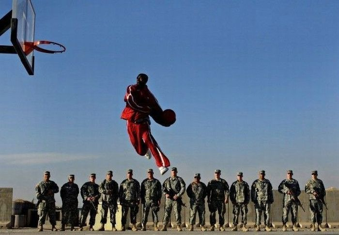 70 fotos tomadas en el momento exacto - Taringa!Basketball Players, Basketbal Players, Air Jordans, Jumping Capture, Amazing Photography, Jumping Jumping, Funny, Army Men, Players Jumping