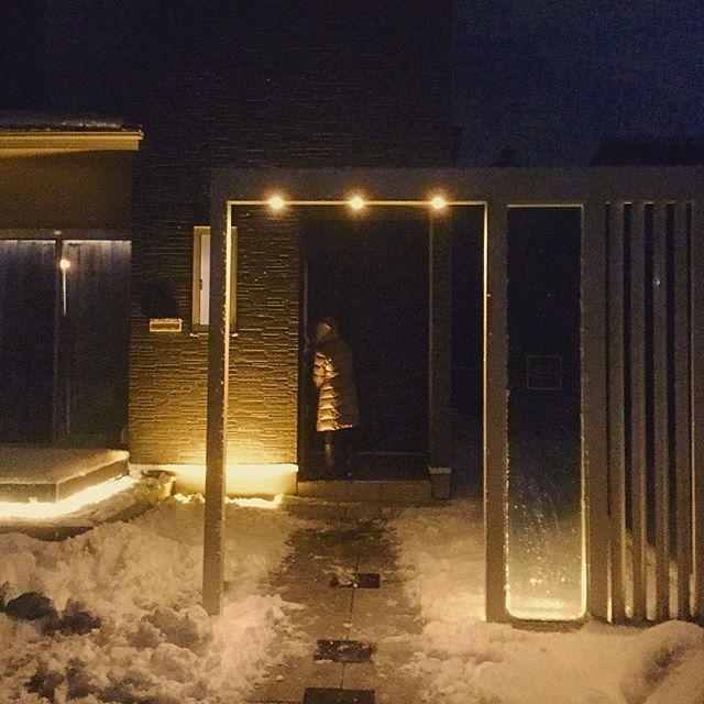 Snowday☃️Lightning effects💡 . 氷点下の静寂な夜、玄関へのアプローチをくぐると、迎えてくれたのは暖かな灯りと温ったかいご家族でした . 家を新築するので、「外構はデザインから施工までよろしく頼みます。」と声をかけてくださったのは2年前の冬。そのお宅に今宵はお伺いさせていただきました。すごく綺麗にお手入れされ、家が育ってる!!ような印象を受けました。 思い返すと、工事は35度を超える夏真っ盛りの灼熱の日々でした。お気遣いいただき、玄関先のクーラーボックスに鶴瓶さんの絵柄の麦茶とスポーツドリンクをいつもご準備してくださっていたのを思い出します。対比するするかのような、冬の風景。目の前の雪化粧する姿に、心にじんわりくるものがあります。泣いてばかりじゃいられない、この温かな気持ちをもっと…。明日へのパワーになりました! . . . . . . . ... #camper #interior #architect #architects #decor #lightning #effect  #light #snow #winter #snowday…