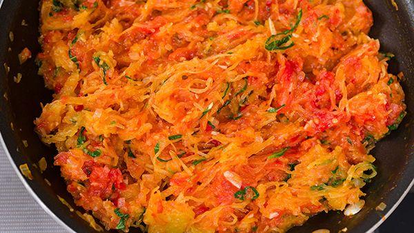 Σπαγγέτι Σκουός al Pomodoro μοιάζει με τα ζυμαρικά για ένα σταυρό-εποχιακό πιάτο.