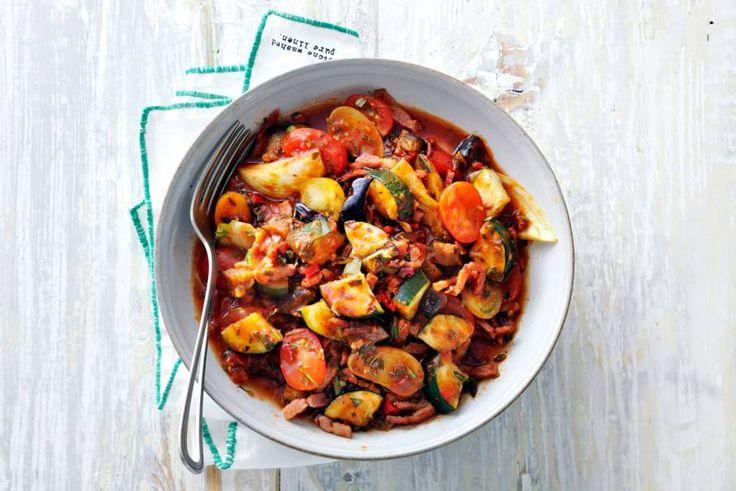 Heerlijk eenpansgerecht met stevige smaken, die elkaar versterken doordat je alle ingrediënten een halfuurtje laat stoven - Recept - Allerhande