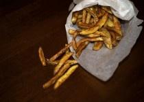 Patatine fritte rustiche fatte in casa.
