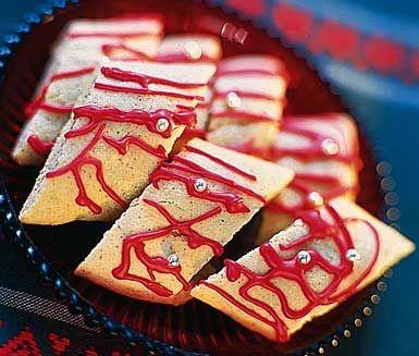 Ett enkelt recept på lättgjorda julkakor av bland annat smör, socker, ägg, mjöl, kardemumma och kanel. Smycka de söta kakorna med en julröd glasyr med syrlig citronsmak.